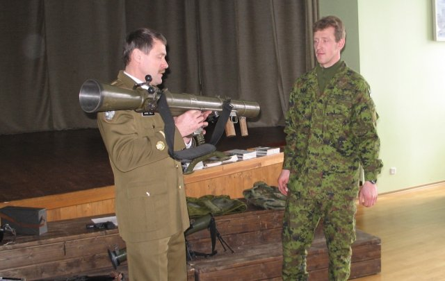 2 sõdurit ja tankitõrjerelv